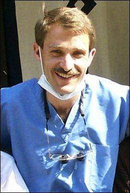 FRIVILLIG: Thomas Grams solgte tannlegekontoret og reiste til Afghanistan for å drive med hjelpearbeid. Foto: AP