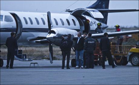 LANG REISE: De 14 nordmennene ankom flyplassen i Kangerlussuaq på Grønland i en Fairchild SA-227DC Metro 23. I bakgrunn lastet mye av utstyret som de håper å kunne bruke til å lete etter sine kjære ut. Foto: Markus Aarstad