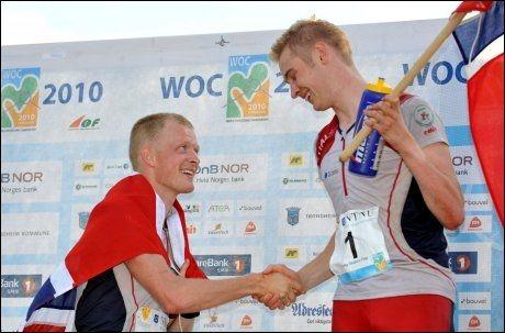 DOBBELT NORSK: Anders Nordberg (til venstre) gratulerte landsmann Olav Lundanes med gullet etter langdistansefinalen i Trondheim torsdag. Foto: Scanpix