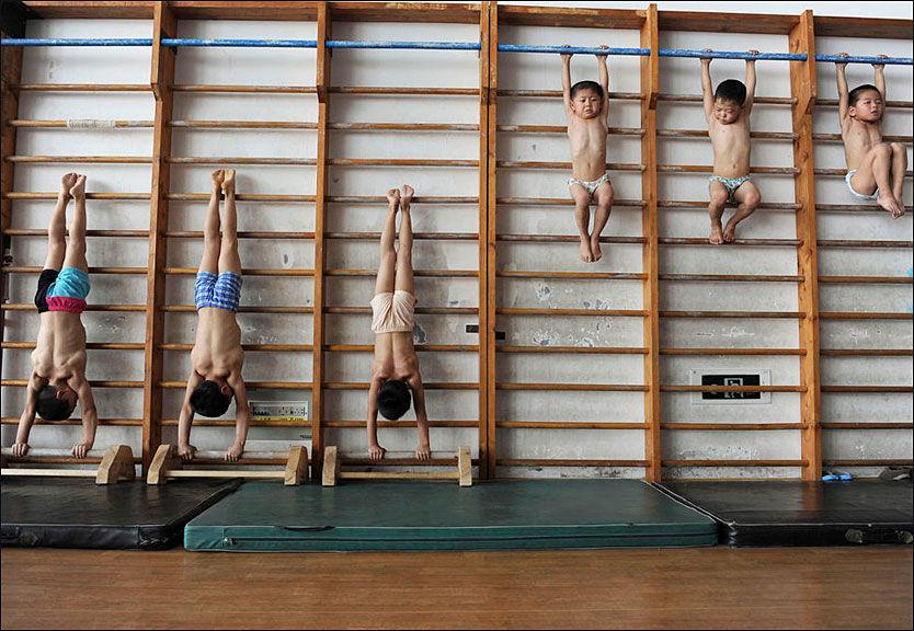 SMÅ BARN: Nyhetsbyrået Reuters har besøkt denne idrettsskolen i Kina. Noen av barna er bare fire år gamle. Foto: Reuters