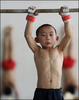 HARDTRENING: Denne kinesiske gutten ser ut som han aldri har gjort noe annet... Foto: REUTERS