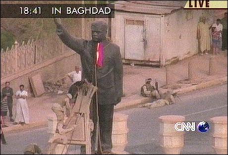 I TUSEN KNAS: Statuen av Saddam Hussein ble veltet overende kort tid etter invasjonen i 2003. Foto: CNN