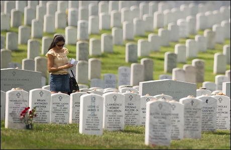 MANGE DØDE: Det har den siste tiden vært stor motstand mot krigen i Irak blant det amerikanske folket. Mye av grunnen er alle soldatene som har kommet hjem i kiste de siste årene. Bare her på gravstedet Arlington National Cemetery i Washington, er 469 ofre for Irak-krigen gravlagt. Foto: AFP