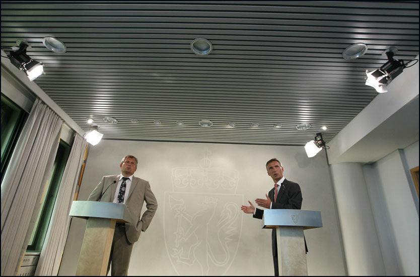 KUVENDING: Statsminister Jens Stoltenberg (Ap) og Olje- og energiminister Terje Riis-Johansen (Sp) under pressekonferansen tirsdag. Etter massivt press har de rødgrønne bestemt seg for å utrede sjøkabel på nytt. Foto: Scanpix