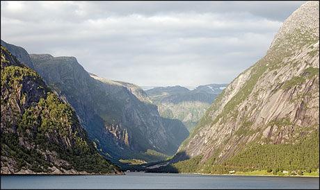 VAKKER NATUR: Aksjonistene i folkeaksjonen Bevar Hardanger hevder høyspentmastene vil ødelegge naturen i Hardanger-området i 60 år. Foto: Scanpix