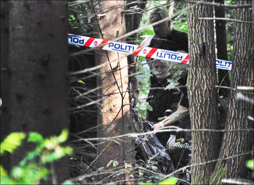 GRAVD NED: Lørdag fant en turgåer levninger av et menneske her ved Hagatjern i Nedre Eiker. Her blir funnet sikret av politiet. Foto: FOTO: PHILIP HOFFMANN / PRESSE30.NO