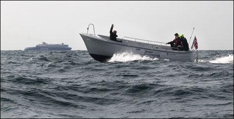 SUPERSPEED: Hvorfor ta danskebåten (i bakgrunnen) når man har snekke som bruker bare en promille av drivstoffmengden? Foto: Jørn Finsrud/Båtliv