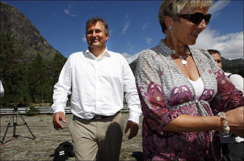 PÅ HARDANGER-TUR: Sp-leder Liv Signe Navarsete og olje- og energiminister Terje Riis-Johansen besøkte Ulvik onsdag i forrige uke. Foto: Hallgeir Vågenes