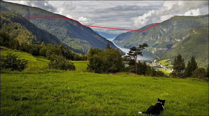 SKULLE KRYSSE FJORDEN: Kraftlinjen var planlagt å gå på tvers av Granvinfjorden, en arm av selve Hardangerfjorden, ca. 350 meter over havnivå. Her ser vi utsikten fra Tveito, lengst sør er Hardangerfjorden. Foto: Espen Sjølingstad Hoen Foto: