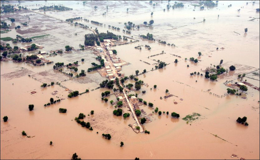 FLOM: Mangfoldige millioner er rammet etter at enorme vannmasser har oversvømmet store områder rundt elven Indus i Pakistan. Foto: AP