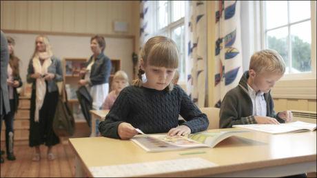 PÅ SKOLEN: Prinsesse Ingrid Alexandra sitter her på «skolebenken» for første gang. Foto: SCANPIX