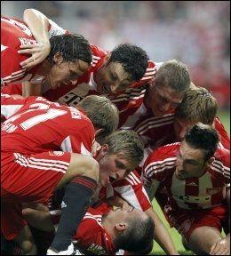 FEIRET: Bayern-spillerne kaster seg over Thoams Müller etter ledermålet. Foto: AP
