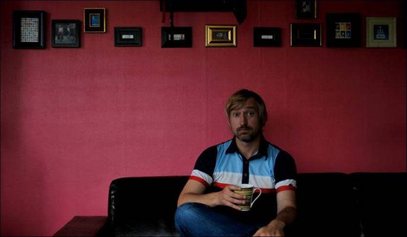 FARGERIKT: Anders Olsen i sofaen i sin nymalte leilighet Foto: Privat