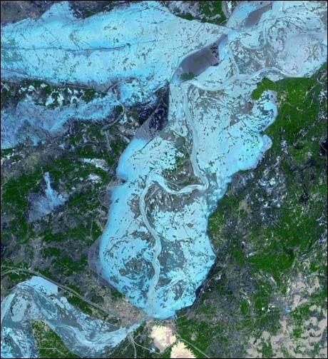 FLOM: Dette bildet viser området rundt byen Sukkur i Pakistan (i grått, nederst til venstre for midten av bildet). Foto: NASA/ AP