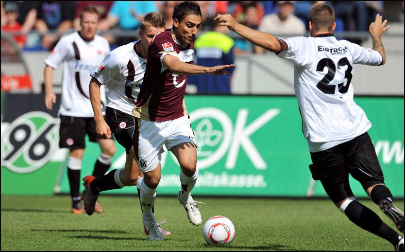 INGEN HANGOVER I HANNOVER: Mohammed Abdullaue i duell med Marco Ross fra Frankfurt i debuten i Bundesliga lørdag. Foto: EPA