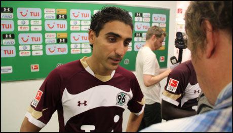 SVARTE VG NETT: Moa snakket med i underkant av 20 journalister - deriblant fra VG Nett - etter debuten i Bundesliga. Foto: Øyvind Brenne