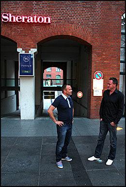 AGENTER MED RETT TIL Å GLEDE SEG: Stig Lillejord (til v.) og Kent Karlsen var i godt humør da VG Nett traff dem på Sheraton Hotel i Hannover kvelden før Moas mulige Bundesliga-debut. Foto: Øyvind Brenne