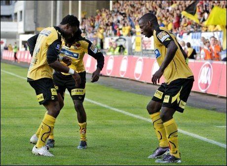 FEIRET MED DANS: Edwin Eziyodawe (f.v.) Nosa Igiebor og Anthony Ujah feirer 1-0-målet med en dans. Foto: Scanpix