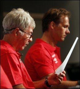 KLAR TALE: Egil Olsen leser høyt og tydelig opp de 22 spillerne som er tatt ut i troppen. Foto: Scanpix