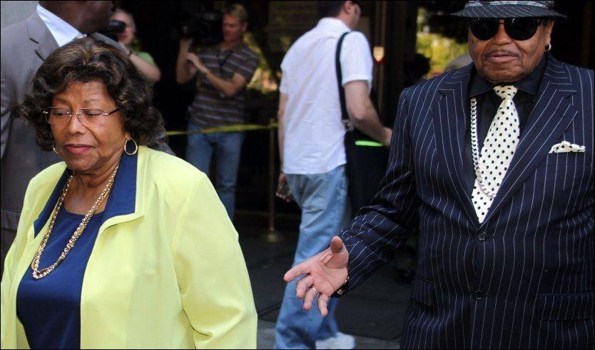 I RETTEN: Flere familiemedlemmer, inkludert Michael Jacksons foreldre Katherine og Joe, var til stedet i retten mandag kveld. Foto: AFP
