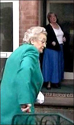UNNSKYLDER SEG: Mary Bale ba om unnskyldning før hun og moren Celia gikk inn i hennes hjem i Coventry. Foto: ITN/ReutersTV