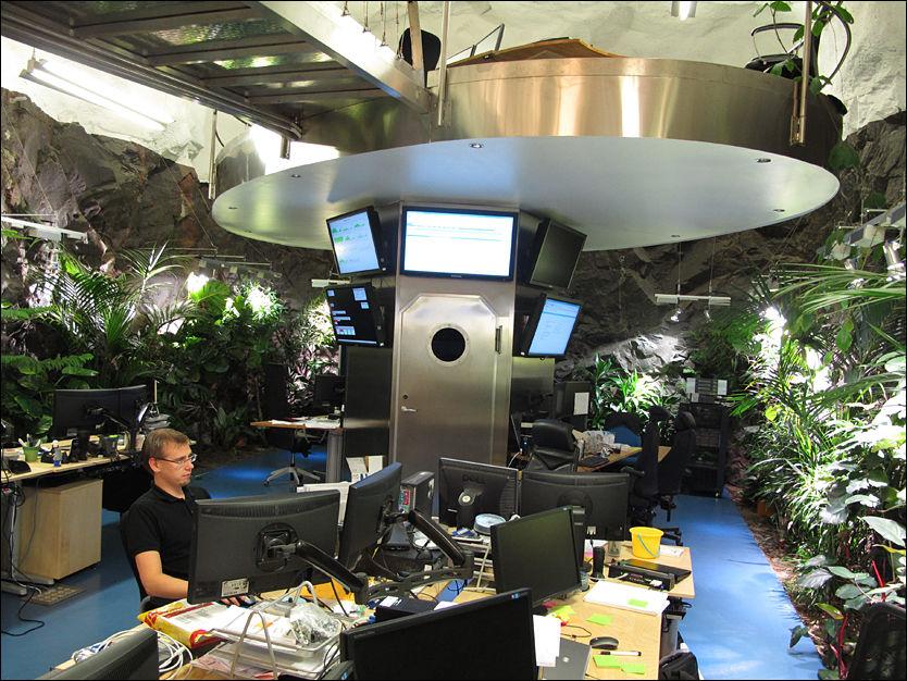 SIKKERT: Wikileaks har nå plassert sine servere i serverhallen «Pionen» i Stockholm. Systemutvikler Peter Holmbom ser til at datatrafikken går som den skal i den atomsikre bunkeren fra 1943. Foto: Jonas Tjersland