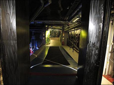 STÅLDØREN: En halv meter bred ståldør sikrer at uvedkommende ikke kan ta seg inn til serverne. Foto: Jonas Tjersland