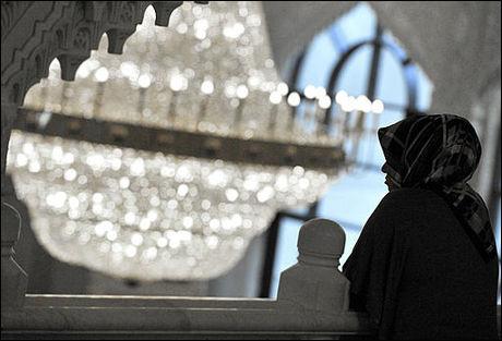 RELIGIØSE HODEPLAGG: En muslimsk kvinne fotografert under åpningen av en ny moské Kreuzberg-distriktet i Berlin. Foto: AFP