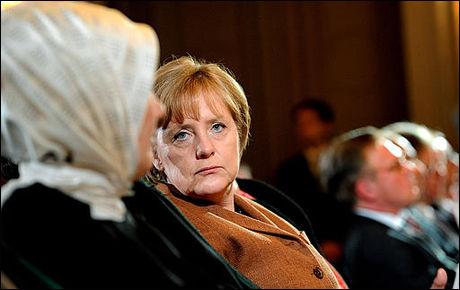 KRITISERES: Den tyske regjeringen, her representert ved forbundskansler Angela Merkel, kritiseres for å tåkelegge problemer knyttet til folk med muslimsk innvandrerbakgrunn i Tyskland. Her er CDU-politikeren fotografert sammen med ektefellen til Tyrkias statsminister under et statsbesøk i mars. Foto: AFP