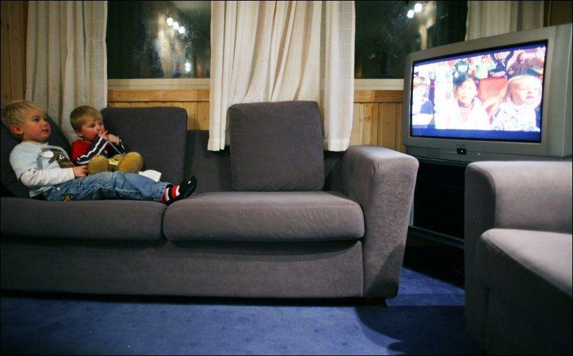 IKKE ANBEFALT: Å bruke TV-en som en barnevakt er en dårlig løsning, sier norsk barnepsykolog. Foto: Sara Johannessen / SCANPIX