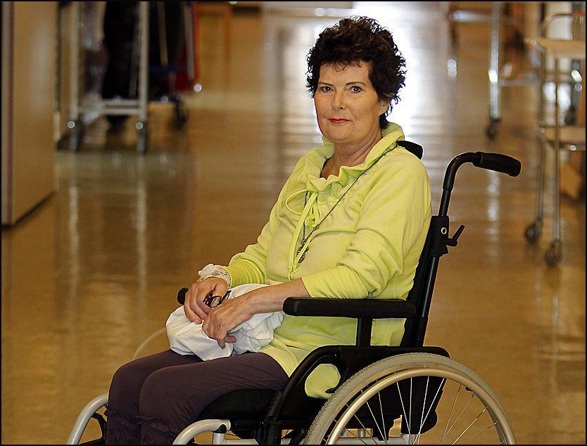 OPERERT: Elisabeth Johnsen ble kreftoperert i Sverige da hun ble nektet operasjon i Norge. Her er hun avbildet på Kvinneklinikken ved Haukeland universitetssykehus i Bergen, der hun har tilbragt to måneder på grunn av komplikasjoner etter inngrepet. Foto: Hallgeir Vågenes/VG