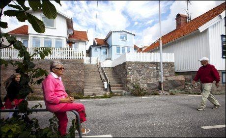 BARNDOMSHJEM: Forfatterens mor, Gunnel, har vokst opp i huset i midten. Camilla var mye her som barn, da mormoren hennes bodde i huset. Foto: Terje Bringedal