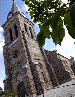 KIRKEN: Den flotte kirken som er bygget i Bohus-granitt, er beskrevet i mange av bøkene. Foto: Terje Bringedal