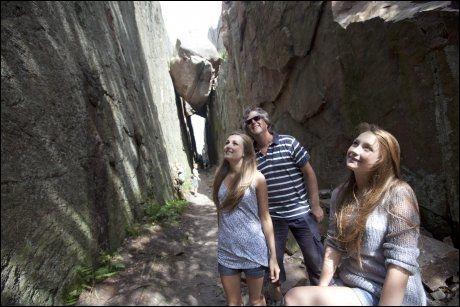 KUNGSKLYFTAN: Frida (14), Stine (18) og Pål Huse (50) fra Ski utforsker kløften som er kjent både fra Camilla Läckbergs bøker, og fra filmen om Ronja Røverdatter. Her hoppet Birk og Ronja over Helvetesgap Foto: Terje Bringedal