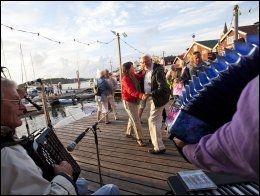 BRYGGEDANS: Hver onsdag om sommeren er det dans på brygga. Foto: Terje Bringedal