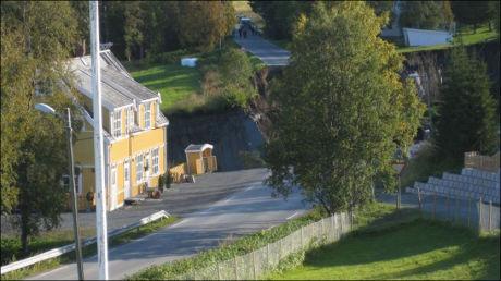 RAMMET: To hus ble tatt av dette jordskredet, som gikk fredag ettermiddag i Lyngen kommune i Troms. Svein Skille bor i det gule huset som nå står på kanten av stupet. Foto: Mette Sandaaker