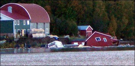 FLØT I SJØEN: Begge husene som ble tatt av raset havnet på sjøen. Foto: Tor Petter Christiansen