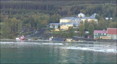 DRATT PÅ SJØEN: To bolighus ble tatt av det store jordskredet. Foto: Arvid Johansen