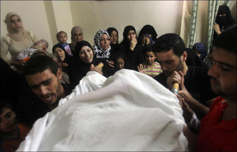 ANGREP: Ett av ofrene etter søndagens angrep på Gazastripen begraves kort tid etterpå. Foto: AP