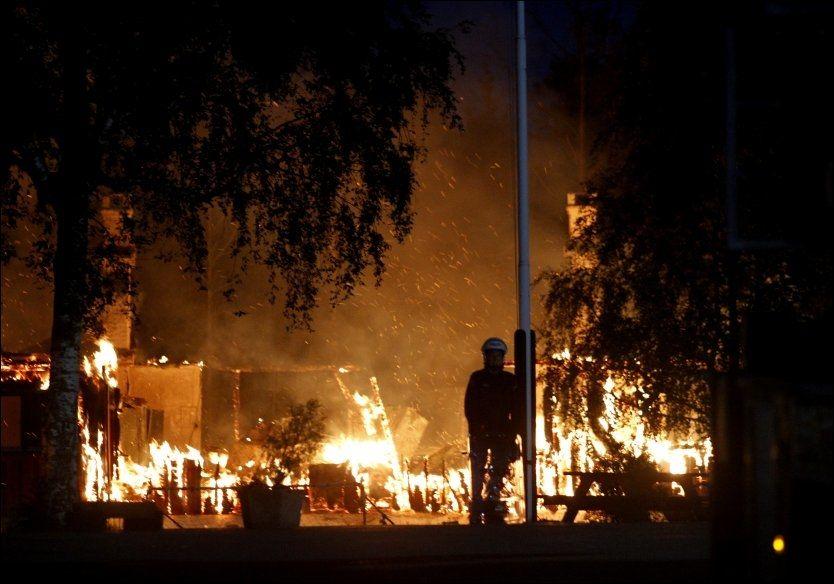 BRANT: Lier ventemottak ble påtent og brant til grunnen. Nå legges mottaket ned. Foto: Roger Neumann
