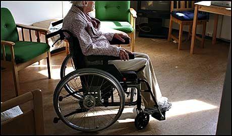 ELDREBØLGE: Et økende antall eldre som lever stadig lengre, innebærer at pensjonsutbetalinger og helseutgifter vil øke kraftig i årene som kommer. Foto: Line Møller