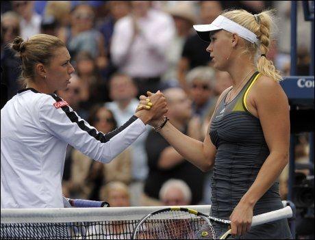 FAIR PLAY: Vera Zvonareva (til venstre) gratuleres av Caroline Wozniacki etter semifinalen i US Open, som den russiske jenta vant i to strake sett. Foto: AFP