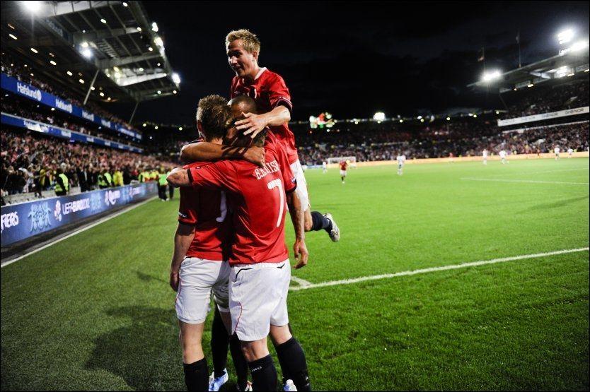 HER KOMMER GAMST! Morten Gamst Pedersen var en av mange glade norske landslagsspillere etter Erik Huseklepps 1-0-scoring mot Portugal. Her rager han aller høyest blant de jublende spillerne. Foto: Scanpix