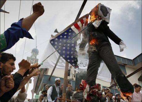 DEMONSTRERTE: Afghanere brenner en dukke som skal forestille Terry Jones - presten som vil brenne Koranen for å markere 11. september. Dette bildet er IKKE fra demonstrasjonen der en person fredag skal ha blitt skutt og drept, men fra en tidligere demonstrasjon. Foto: Ap Foto:
