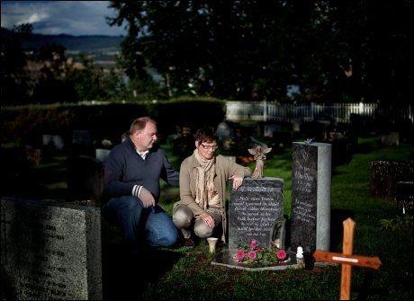 KUTTET TRÆR: Arvid og Heidi Moe parkerer ved kirken når de skal på søndagstur, og tøyer ut ved datterens grav når de kommer tilbake. De har også ryddet hagen for trær, for å få utsikt til kirkespiret. Foto: ØYVIND NORDAHL NÆSS