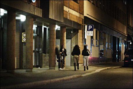 PÅ GATEN: I Oslo sentrum har de rumenske, unge prostituerte faste plasser på Karl Johan og i Skippergata. Foto: VG