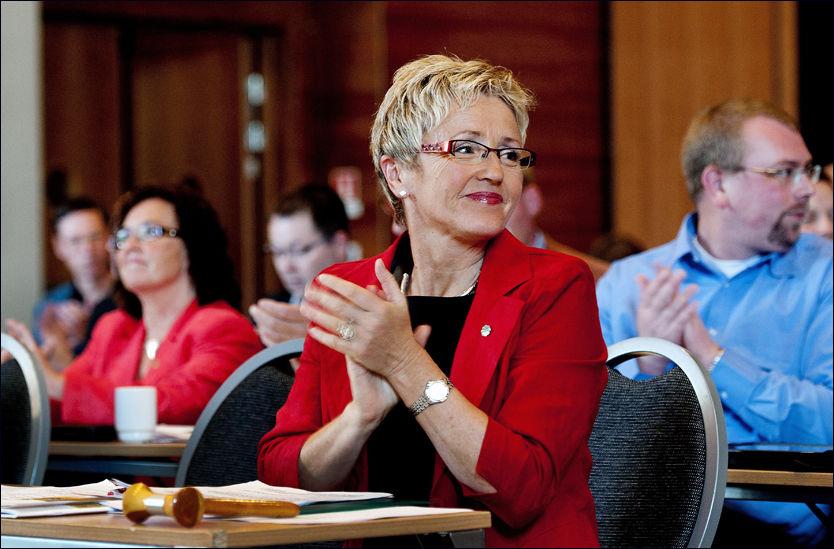 LANDSSTYREMØTE: Liv Signe Navarsete tok på seg ansvaret for at Sp hadde mottatt 850 000 kroner i ulovlig partistøtte da hun talte til sitt landsstyre på Lillestrøm i går. Foto: Espen Braata