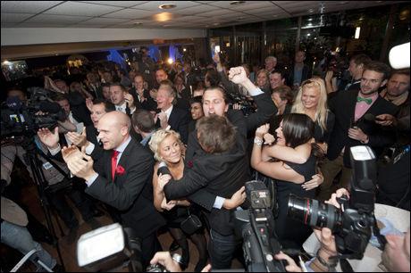FEIRET: Sverigemokraterna feiret på valgdagen da de fikk de første valgdagsmålingene som sier at er over sperregrensen. Foto: Ap