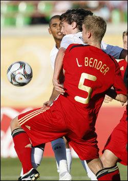 I AKSJON: Her spiller Mikkel Diskerud mot Tyskland - for USAs U20-landslag. Foto: AP