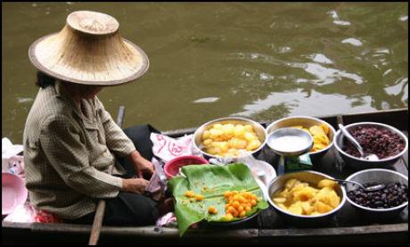 BANGKOK-TIPS: Ta deg en avstressende tur på Bangkoks Chao Praya River - en av byens mange kanaler. Turen kan lett kombineres med besøk i kongepalasset (Grand Palace) og Wat Po-tempelet like ved. Foto: Dag Fonbæk